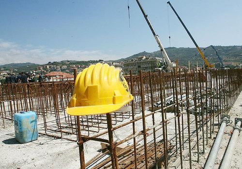 Un uomo di 55 anni siracusano è morto ad Avezzano per un incidente sul lavoro. Sarebbe precipitano nel vuoto da un'altezza di 10 metri
