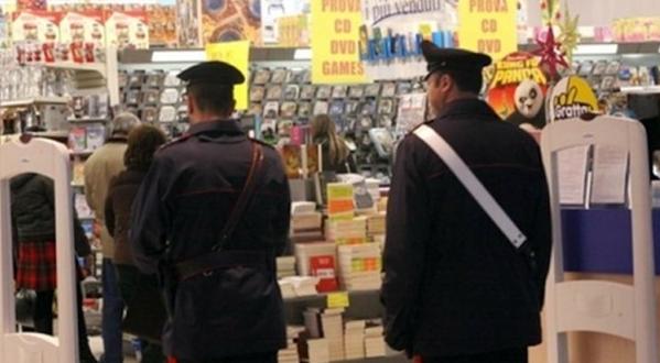 Trovati intenti a rubare capi di abbigliamento da un negozio. Arrestati due  uomini e una donna 24d3f7f3312