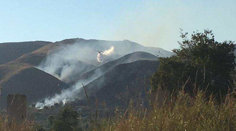 Avola: incendio in contrada Mandalà, interviene l'elicottero canadair