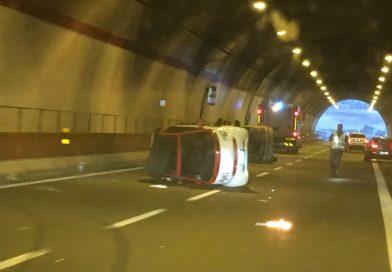 Ultim'ora: incidente in autostrada. Cappottano due auto di piccola cilindrata