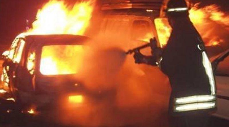 In fiamme l'auto di una donna: cause da accertare