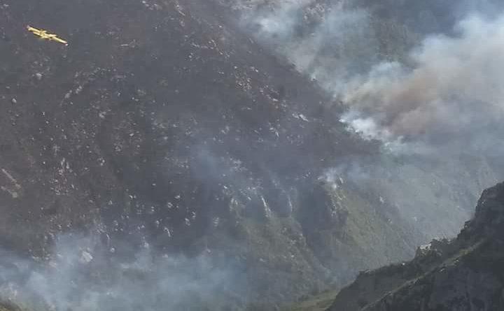 Avola: Vasto incendio ai Laghetti, operazione di spegnimento in corso