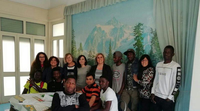 """Gli studenti del Majorana di Avola in visita ai richiedenti asilo per il progetto """"Integra"""""""
