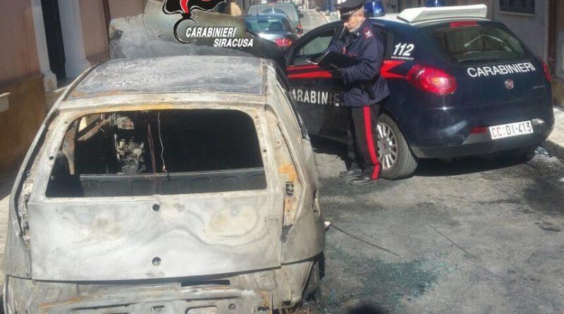 I Carabinieri arrestano un uomo per l'incendio di un'autovettura
