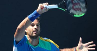 Vola il tennista avolese Salvo Caruso al Roland Garros. – E' già impresa. In tre set secchi liquida il francese Simon e si qualifica per il terzo turno contro Djokovic.